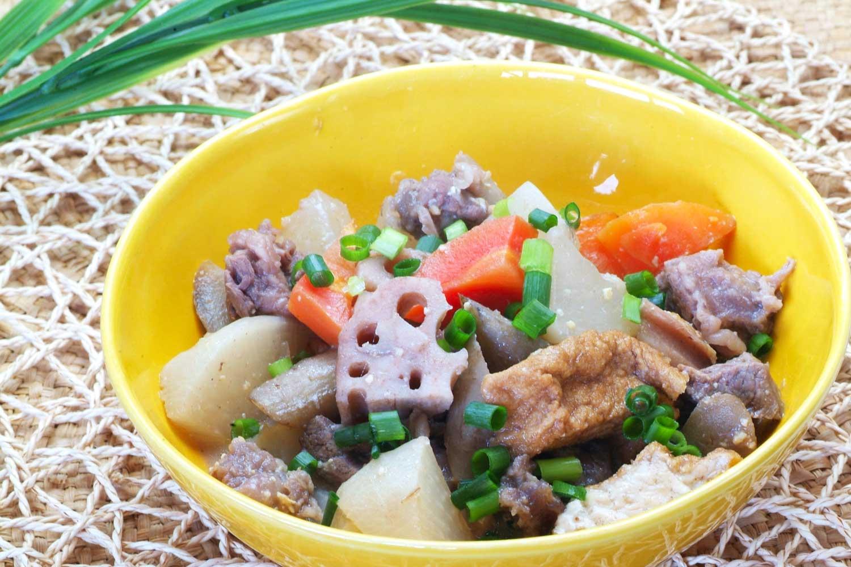 甘酒煮込みの牛すじ肉と根菜