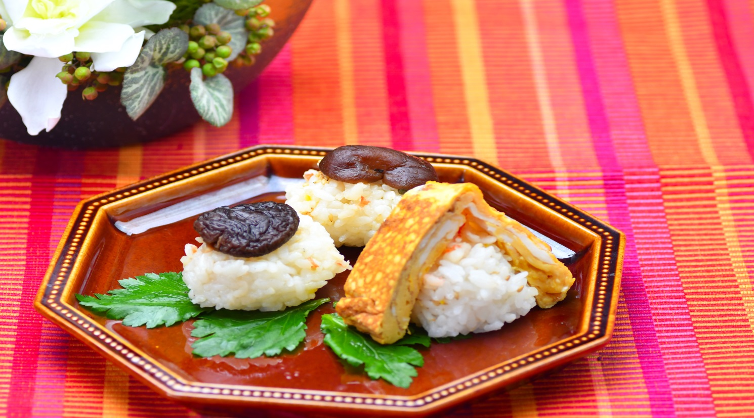 海老そぼろの卵寿司と椎茸寿司